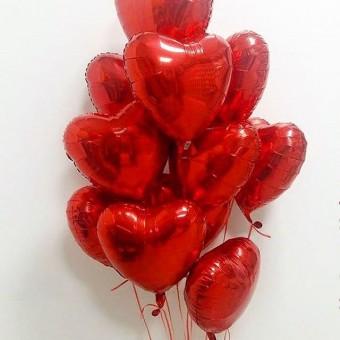 Фонтан из 11 фольгированных сердец